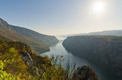 Solig dag på klipporna över Danube River på den Djerdap klyftan och nationalparken Royaltyfri Fotografi