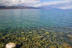 Solig dag på kusten av sjön Ohrid Arkivbild