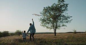 Solig dag på naturfarsan med hans spela för pojke som är roligt med en sats arkivfilmer