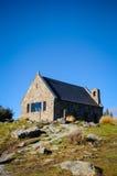 Solig dag på paradisställen i södra Nya Zeeland/sjön Tekapo/kyrka av den bra herden Arkivfoto