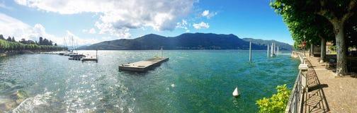 Solig dag på sjön Arkivbild