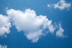 Solig dag solsken, blåa himlar, Arkivbild
