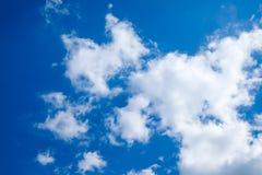Solig dag solsken, blåa himlar, Royaltyfri Foto