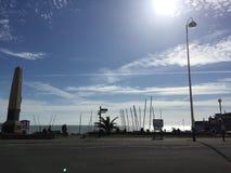 Solig dag vid sjösidan royaltyfria bilder