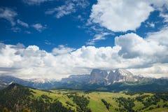 solig dal för berg Arkivfoton