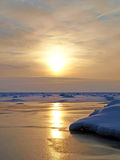 solig djupfryst lake Royaltyfri Foto