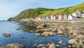Solig eftermiddag i Crovie, liten by i Aberdeenshire, Skottland Royaltyfria Bilder