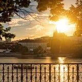 Solig färgrik afton i Prague Sikt av den Prague slotten från Vlt Arkivbilder