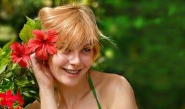 Solig flicka & röda blommadrömmar naturlig skönhet Fotografering för Bildbyråer