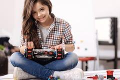 Solig flicka som programmerar den digitala leksaken på robottekniklaboratoriumet Royaltyfria Foton