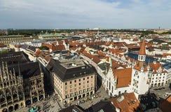 Solig flyg- sikt för härlig toppen bred vinkel av Munich, Bayern arkivfoto
