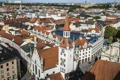 Solig flyg- sikt för härlig toppen bred vinkel av Munich, Bayern arkivbild