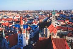 Solig flyg- sikt för härlig toppen bred vinkel av Munich, Bayern, Bayern, Tyskland med horisont och landskap utöver staden som se Arkivbilder