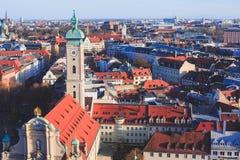 Solig flyg- sikt för härlig toppen bred vinkel av Munich, Bayern, Bayern, Tyskland med horisont och landskap utöver staden som se Royaltyfria Bilder