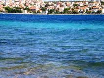 Solig gränd, Novalja, Pag, Kroatien, Dalmatia Royaltyfri Fotografi