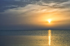 Solig gryning på havet, fartyg på vågorna Fotografering för Bildbyråer