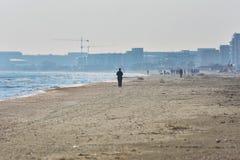 Solig höstmorgon på kusten av Blacket Sea på den Navodari stranden royaltyfri bild