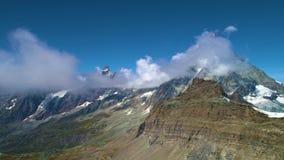 Solig hyperlapcesikt på Matterhorn arkivfilmer