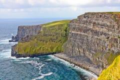 solig ireland för dag för clare klippor ståndsmässig moher Arkivfoton