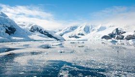 Solig lagun i Antarktis Royaltyfria Bilder