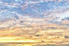 Solig molnig morgonhimmel fotografering för bildbyråer