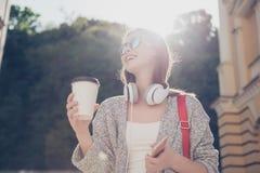 Solig mood Ung gladlynt le flicka i solglasögon på vacen royaltyfri fotografi