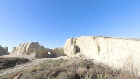 Solig morgon i den vita steniga chalky kanjonen blå sky stock video