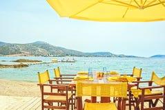 Solig morgon i strandkafét på sjösidan Royaltyfria Bilder