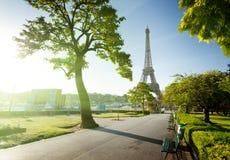Solig morgon och Eiffeltorn, Paris Arkivfoton