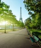 Solig morgon och Eiffeltorn, Paris Arkivfoto
