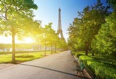 Solig morgon och Eiffeltorn, Paris Royaltyfri Foto