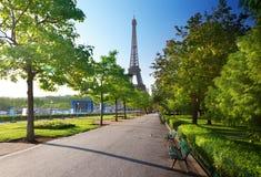 Solig morgon och Eiffeltorn, Paris Arkivbilder
