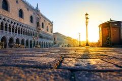 Solig morgon på den San Marco fyrkanten i Venedig, Italien Arkivbilder