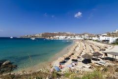 Solig Mykonos strand - grekiska öar Arkivfoton