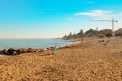 Solig och öde strand, när vintern har ankommit royaltyfri bild