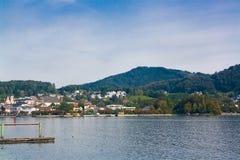 Solig och molnig dag på sjön Traunsee, Österrike Royaltyfri Bild