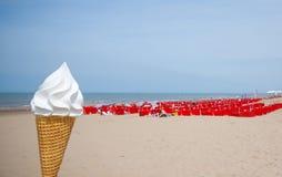 Solig och varm dag på stranden royaltyfria bilder