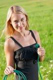 solig propp för ängar för håll för affärskvinnaenergigreen royaltyfri foto
