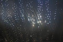 Solig rund ilsken blick från solen på en trävägg Stjärnklar himmel, gal. royaltyfri bild