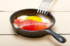 Solig sida för ägg upp med italiensk fläckskinka Royaltyfri Fotografi