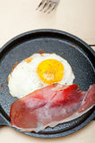 Solig sida för ägg upp med italiensk fläckskinka Royaltyfri Foto