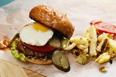 Solig sida upp hamburgaren Arkivfoto