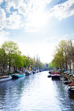 Solig sikt av Amsterdam på floden och fartygen Arkivfoton