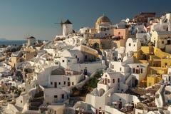 Solig sikt av den Oia staden på Santorini i Grekland Royaltyfri Foto