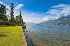 Solig sikt av trädgårdarna av villan Melzi, Bellagio, sjö Como, I royaltyfri bild