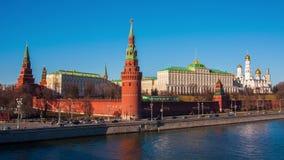 Solig sikt på Kremlkomplexet på Moskvaflodbanken lager videofilmer