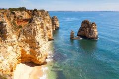 Solig sjösida av Algarve Royaltyfri Bild