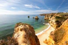Solig sjösida av det Algarve landskapet Arkivfoton