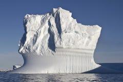 Solig sommardag för rektangulärt isberg i Antarktis Arkivfoton