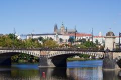 Solig sommardag i mitten av Prague Arkivfoton